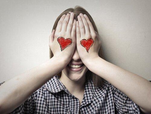 손에 하트를 그린 여자: 맹목적인 사랑