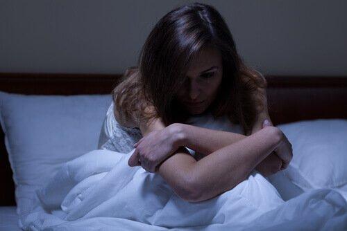 잠을 이루지 못하는 여성: 숙면을 취하는 데 도움이 되는 4가지 팁
