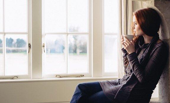 창밖을 바라보는 여자: 아침에 일어나기 싫은 날 무엇을 해야 할까
