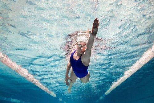 수영하는 여성: 수영의 이점