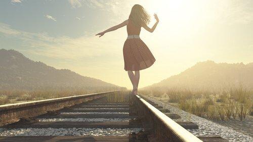 철길을 걷는 여자