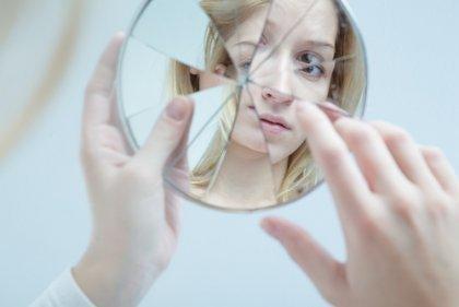 깨진 거울에 비친 모습