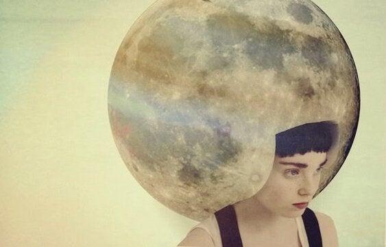 달을 쓴 여자