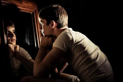 거울을 바라보는 남자: 우리 모두가 가끔씩 느끼는 7가지 이상한 감정