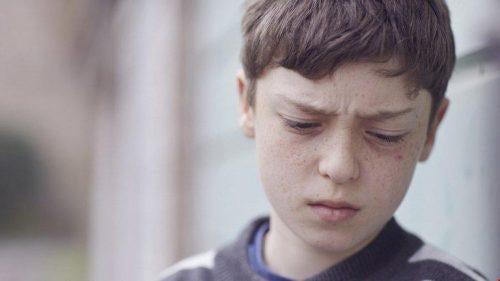 어린 시절의 언어 폭력으로 괴로워하는 소년