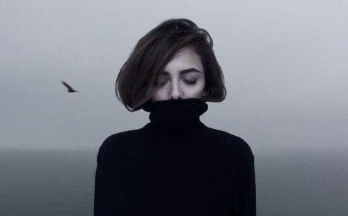 내향적 여성