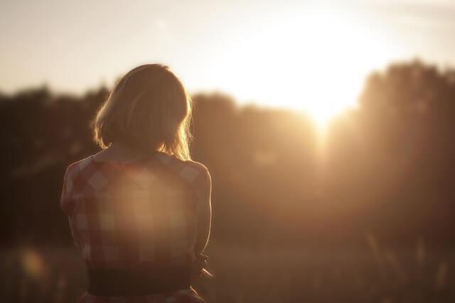 해를 바라보는 여자: 기분을 끌어올리는 방법
