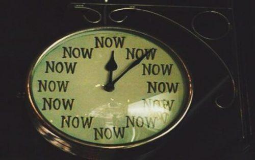시간을 가리키는 시계