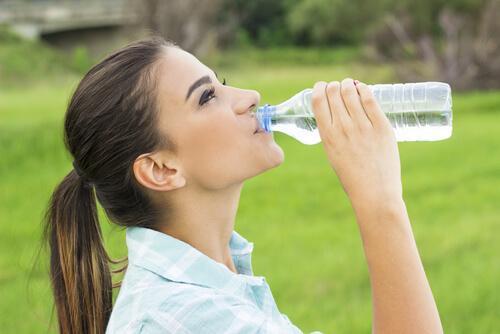 더 많은 물과 더 적은 타이레놀로 두통을 해소하자