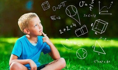 직관적 이론은 학교에서 가르치는 것과 어떻게 다른가?