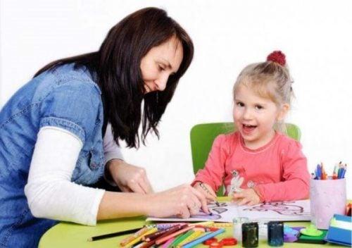 심리학자는 아이의 비정상적인 행동에 집중한다