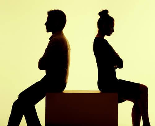 다른 사람을 사랑하지만 연인을 떠나지 못하는 상황