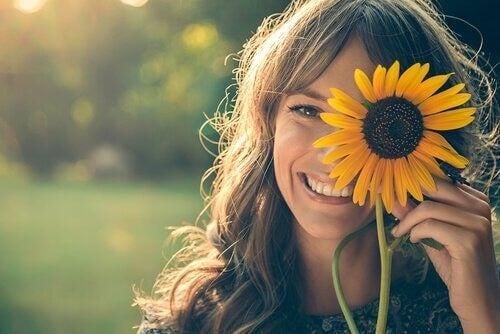 즐겁지 않아도 미소를 지으면 행복해진다