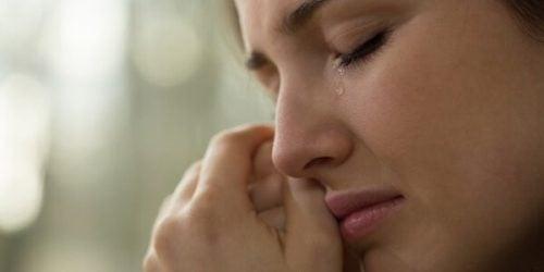 사람들은 사랑 때문에 너무 많은 고통을 받는다
