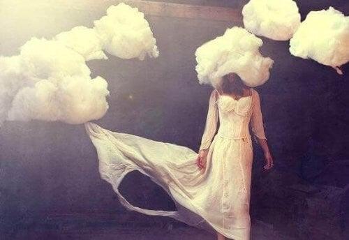 믿음은 하늘로 올라가 구름 위에 숨는다
