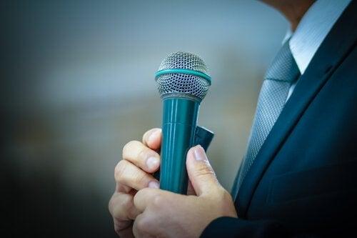연설하는 남성