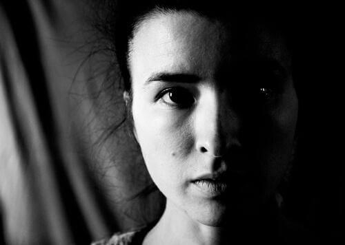 미세한 표정을 나타내는 여자