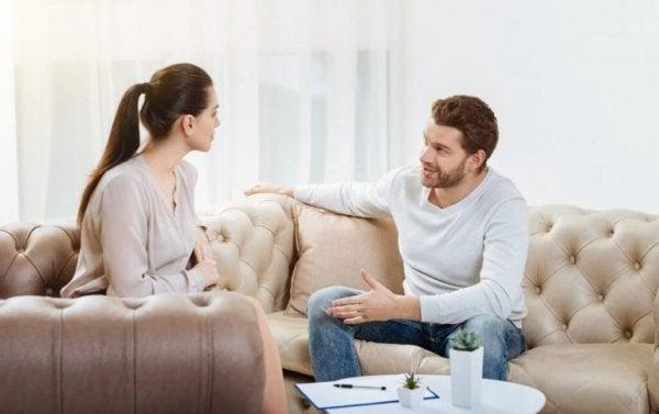 거실에서 대화하는 커플