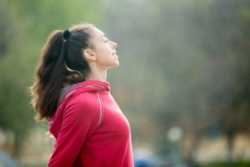 운동하기전 숨쉬는 여자