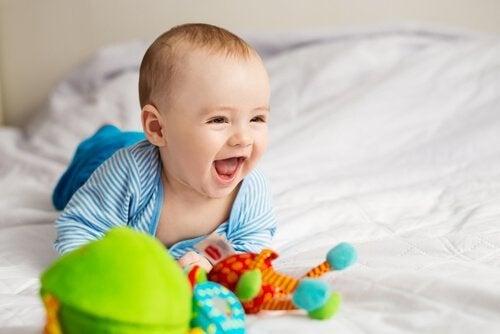 생후 6개월이 되면 아기는 다양한 미소를 짓는다