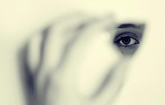 우리를 보이지 않게 만드는 두려움