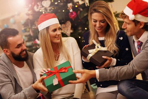 크리스마스 전통의 선물 교환