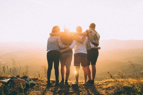 긍정적인 사람: 포옹하는 친구들