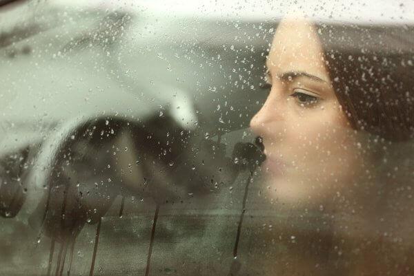 감정적인 생각은 현재의 순간을 방해할 수 있다