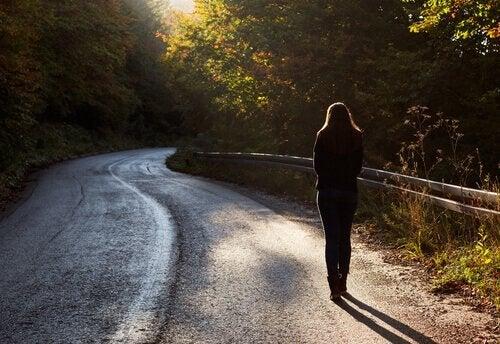 길에 서 있는 여성