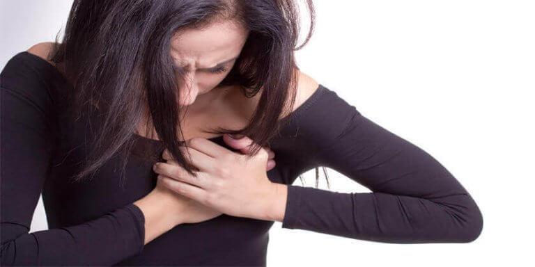심장에 고통을 느끼는 여성