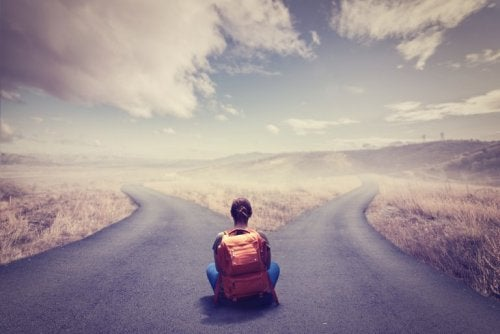 갈림길에서 결정을 앞둔 여성