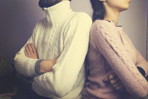 결혼 위기를 거치는 화난 부부