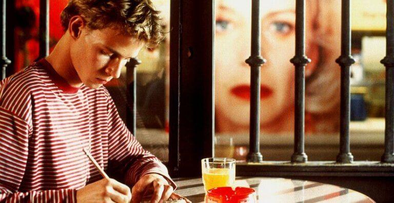 스페인 영화 어머니의 모든 것에서 편지를 쓰는 한 소년