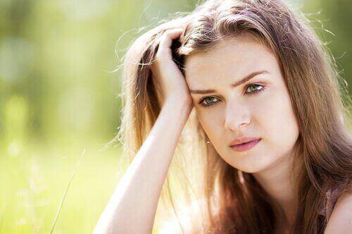 분노를 다스리는 법: 머리 괴고 있는 여자