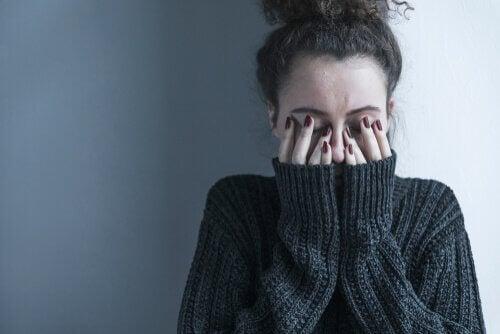 인내 및 정신적 평화: 얼굴을 감싸 안은 여자