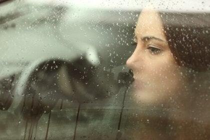 자동차 창 밖을 보고 있는 여성