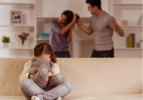 독성 스트레스는 어떤 영향을 미치는가? 싸우는 부모와 괴로워하는 아이