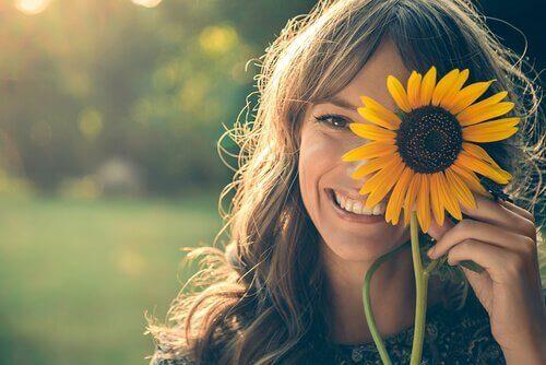 해바라기꽃을 든 긴머리 여자의 미소