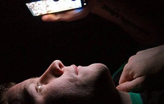 밤에 침대에 누워서 핸드폰을 보는 사람, 블루라이트 영향
