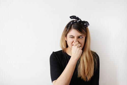 후각참조증후군 코 막고 있는 여자