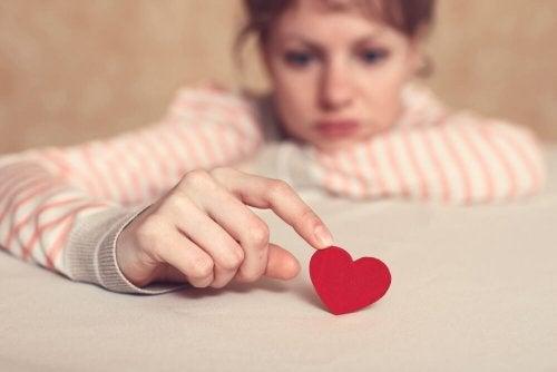 상처로 인해 감정적 의존을 피하는 여성