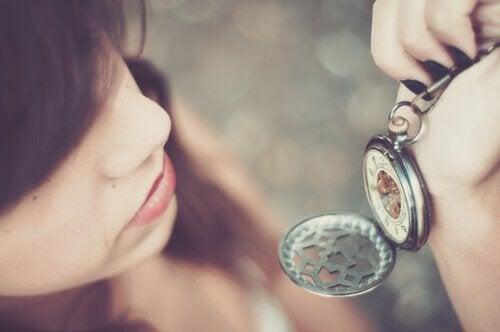 시계 보는 여자