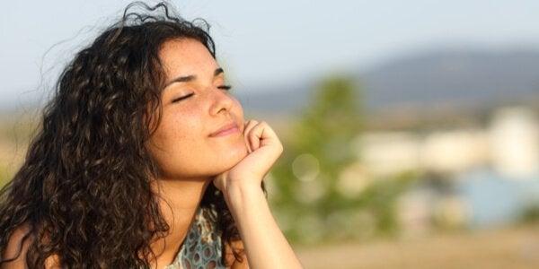 시각화 명상 운동들을 통해 편안함을 느끼는 여성