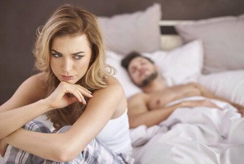 성 기능: 침실에서 고민하는 여성