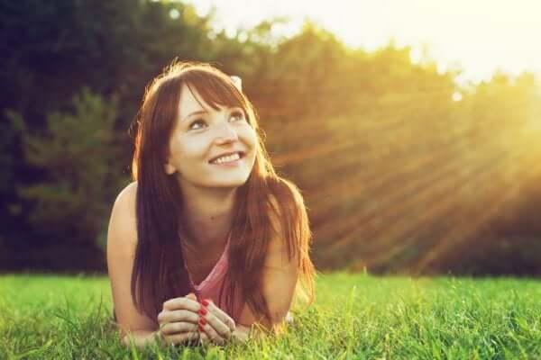 고대 그리스식 치료법: 미소를 지으며 태양을 보는 여자