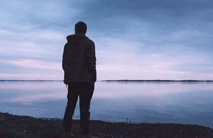 상처받은 마음을 고치는 방법: 강을 바라보는 남자