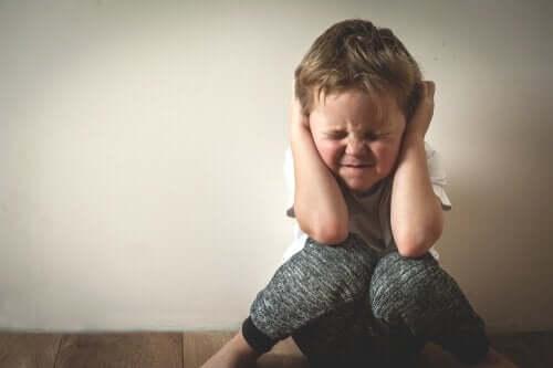 아이 스트레스 관리: 스트레스 받는 남자 아이