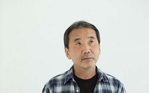 위를 처다보고 있는 무라카미 하루키