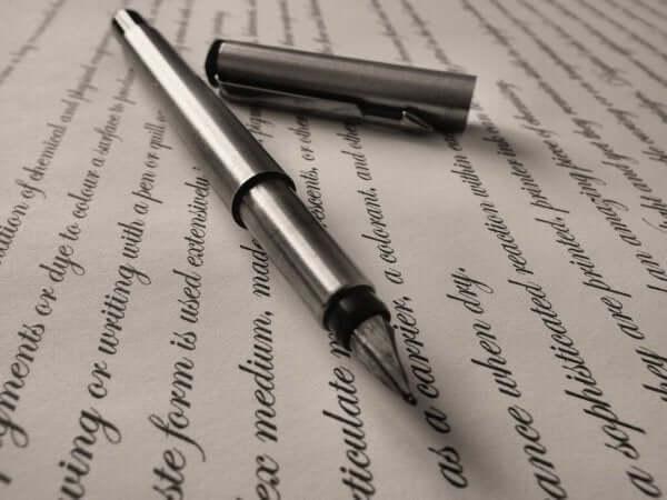 편지위에 올려진 펜