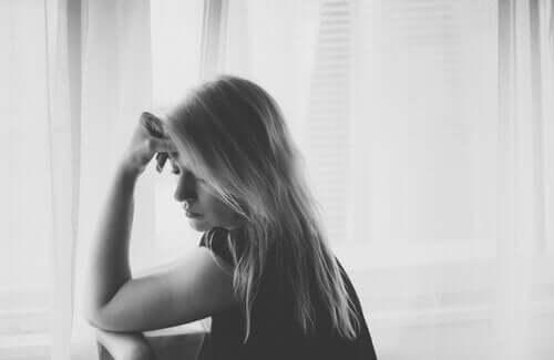 생각에 잠긴 슬퍼보이는 여성